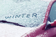 Wort-Winter geschrieben auf eine Autowindschutzscheibe Stockfoto