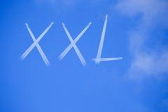 Wort XXL auf blauem Himmel Lizenzfreie Stockfotografie