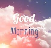 Wortbuchstabe des gutenmorgens auf rosa und blauem Pastellhimmel und weißem s lizenzfreies stockbild