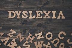 Wortdyslexie auf einem hölzernen Hintergrund Lizenzfreie Stockfotos