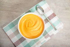 Wortel-aardappel tot puree gemaakte soep Stock Foto's