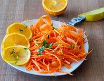 Wortel en Oranje Salade met Peterselievlokken Royalty-vrije Stock Afbeelding