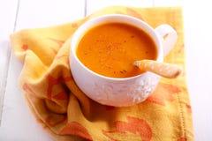 Wortel en oranje soep met notemuskaat royalty-vrije stock afbeeldingen