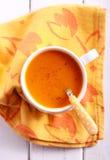 Wortel en oranje soep met notemuskaat stock fotografie