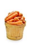 wortel in houten emmer Stock Foto
