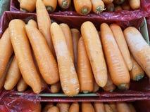 Wortel oranje groente in document vakje rood plastiek royalty-vrije stock foto
