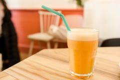 Wortel, sinaasappelen en gemberveganist smoothie Royalty-vrije Stock Foto's