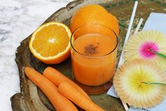 Wortel smoothie met jus d'orange stock afbeeldingen