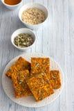 Wortelbars met havermeel, droge abrikozen, zaden en honing Royalty-vrije Stock Foto's