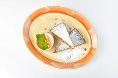 Wortelcake met droge abrikozen en pijnboomnoten op een witte achtergrond Royalty-vrije Stock Fotografie