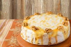 Wortelcake met karamel en noten Stock Afbeelding