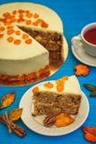 Wortelcake met rode thee op blauwe achtergrond Royalty-vrije Stock Foto