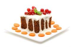 Wortelcake op wit wordt geïsoleerd dat Stock Afbeelding