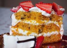 Wortelcake Zoete pastei met verse aardbeien Royalty-vrije Stock Fotografie