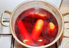 Wortelen, aardappels, bieten in een steelpan worden gekookt die Royalty-vrije Stock Afbeeldingen
