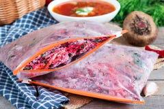 Wortelen, bieten en uien in een pan, rond dille, op een bruine houten achtergrond E freezing royalty-vrije stock foto's