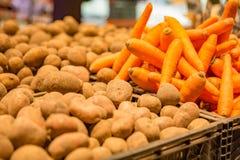 Wortelen en aardappels in mand op een landbouwersmarkt royalty-vrije stock foto's