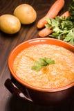 Wortelen en aardappelssoep Stock Afbeelding