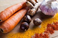 Wortelen, kurkumawortel, kastanjes, knoflook, kurkuma, paprika stock afbeelding