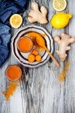 Wortelgember het immune opvoeren, anti ontstekingssmoothie met kurkuma en honing Detoxdrank royalty-vrije stock foto