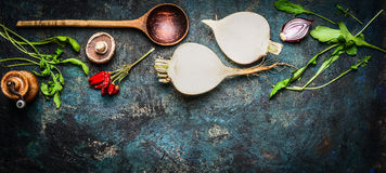 Wortelgewassen met houten lepel en verse ingrediënten voor gezond het koken op rustieke achtergrond, hoogste mening, banner