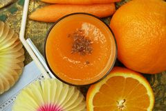 Worteljus d'orange smoothie stock afbeelding