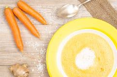 Wortelsoep met wortelen en gember Stock Afbeelding