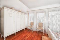 Worterobe in elegante slaapkamer Stock Afbeeldingen