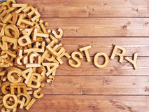 Wortgeschichte gemacht mit hölzernen Buchstaben lizenzfreie stockfotografie