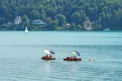 WORTHERSEE, ÖSTERREICH - 8. AUGUST 2018: Ansicht vom Boot zum See und zur Küstenlinie Anwohner und Touristenschwimmen, vorbei gef stockfoto