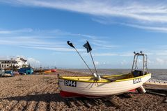 WORTHING VÄSTRA SUSSEX/UK - NOVEMBER 13: Sikt av en fiskebåt på stranden i Worthing västra Sussex på November 13, 2018 royaltyfri bild