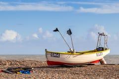 WORTHING VÄSTRA SUSSEX/UK - NOVEMBER 13: Sikt av en fiskebåt på stranden i Worthing västra Sussex på November 13, 2018 arkivfoton