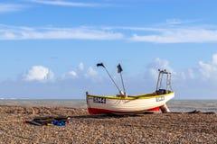 WORTHING VÄSTRA SUSSEX/UK - NOVEMBER 13: Sikt av en fiskebåt på stranden i Worthing västra Sussex på November 13, 2018 fotografering för bildbyråer
