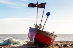 WORTHING VÄSTRA SUSSEX/UK - NOVEMBER 13: Sikt av en fiskebåt på stranden i Worthing västra Sussex på November 13, 2018 royaltyfria foton