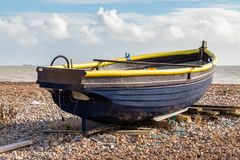 WORTHING VÄSTRA SUSSEX/UK - NOVEMBER 13: Sikt av en fiskebåt på stranden i Worthing västra Sussex på November 13, 2018 royaltyfria bilder