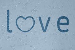 Wortliebe auf einem nebeligen blauen Fenster Stockbild