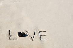 Wortliebe auf einem weißen Sandstrand Stockfotografie