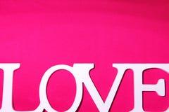 Wortliebe auf rosa Gewebehintergrund Stockbild