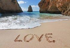 Wortliebe im Sand am Valentinstag. Lizenzfreie Stockfotografie