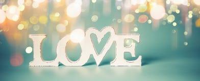 Wortliebe mit goldenem bokeh Licht auf blauem Hintergrund Valentinsgrußtagespartei oder abstraktes Liebeskonzept lizenzfreies stockfoto