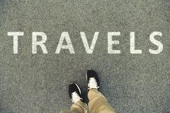 Wortreisen geschrieben auf eine Asphaltstraße Draufsicht der Beine Lizenzfreies Stockbild