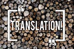 Wortschreibens-Text Übersetzung Geschäftskonzept für Transform Wörter oder Texte zu einem anderen Sprachhölzernen Hintergrund stockbilder