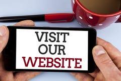 Wortschreibens-Text Besuch unsere Website Geschäftskonzept für Einladungs-Uhrwebseite Link zum homepage-Blog-Internet geschrieben Lizenzfreie Stockfotos