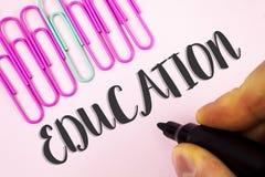 Wortschreibens-Text Bildung Geschäftskonzept für das Unterrichten von Studenten durch die Durchführung der spätesten Technologie  lizenzfreie stockfotografie