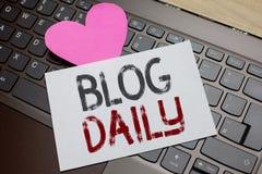 Wortschreibens-Text Blog täglich Geschäftskonzept für tägliche Aufgabe jedes möglichen Ereignisses über Internet oder Medien bear stockfotografie