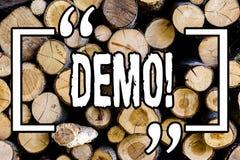 Wortschreibens-Text Demo Geschäftskonzept für Demonstration von Produkten durch Softwareunternehmen sind angezeigtes jährlich höl lizenzfreie stockfotos