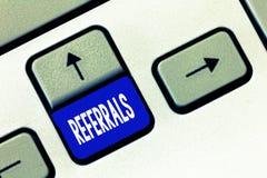 Wortschreibens-Text Empfehlungen Geschäftskonzept für Tat des Verweisens jemand oder etwas für Beratungsbericht stockfoto