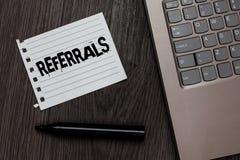 Wortschreibens-Text Empfehlungen Geschäftskonzept für Tat des Verweisens jemand oder etwas für Beratungsbericht Laptop nettes com lizenzfreie stockfotos