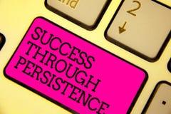 Wortschreibens-Text Erfolg durch Ausdauer Geschäftskonzept für nie geben auf, um zu erreichen erzielen Träume Tastaturrosa k lizenzfreie stockbilder