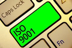 Wortschreibens-Text ISO 9001 Geschäftskonzept, damit entworfene Hilfsorganisationen erfüllen den Bedarf von Kunden Tastatur rotes stockfoto